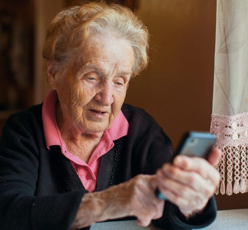 Oude vrouw met smartphone