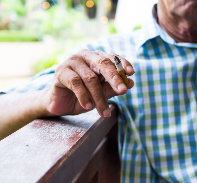 oudere man met sigaret