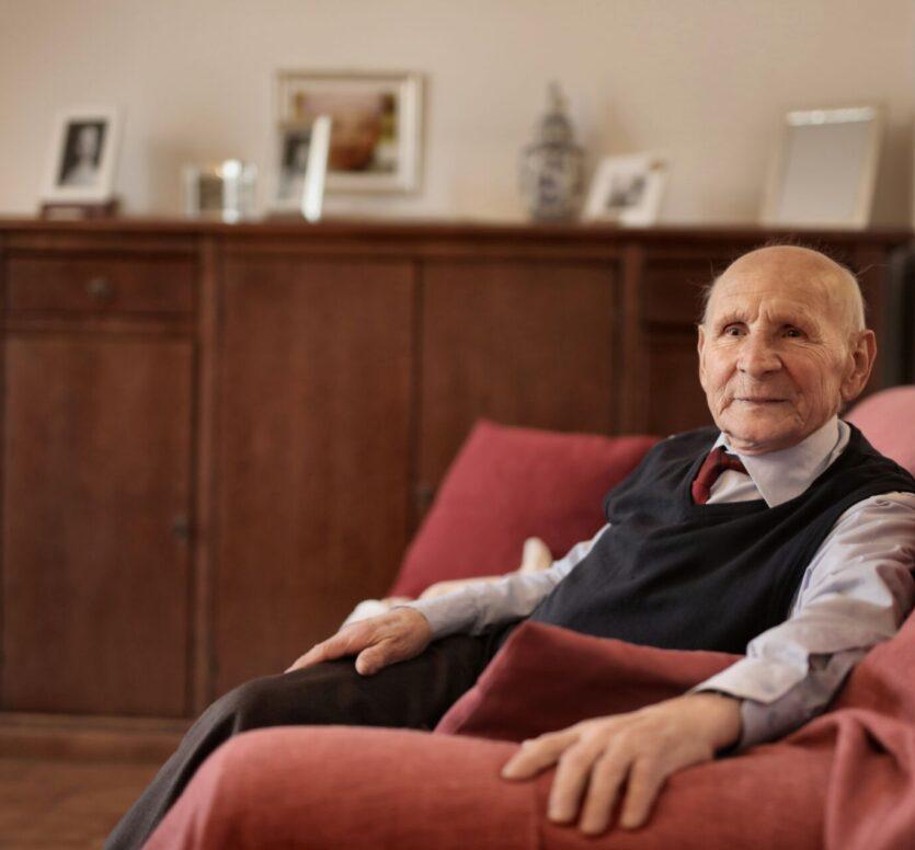 oude man in stoel